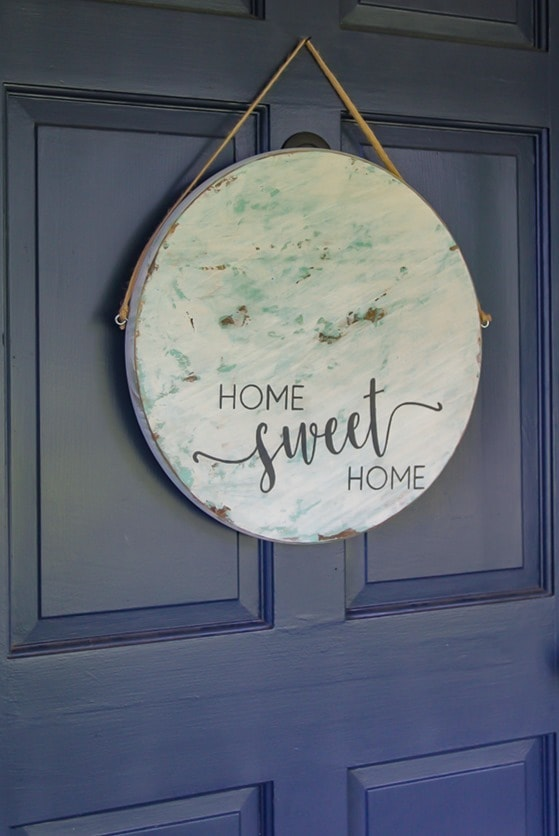 Super cute nontraditional wreath alternative - a round sign for the front door. Step by step tutorial for making this home sweet home sign.