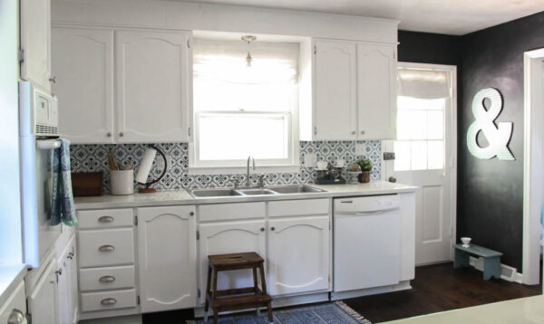 Blue and white modern farmhouse kitchen makeover on a tiny budget.